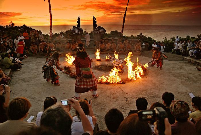 Hanoman_Kecak_Dance_Uluwatu_sunset