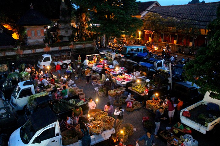 Scene of the Ubud Morning Market before sunrise when locals and restaurants are buying all their groceries