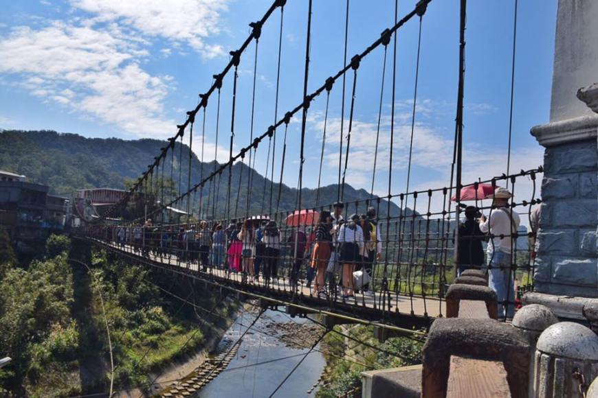 bridge in Shifen with tourists crossing to the other side