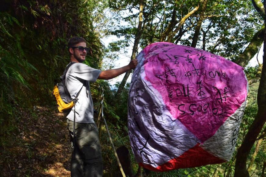 TJ Finding a lantern at pingxi crags
